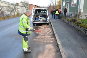 Suger upp diesel. Drygt 300 liter diesel rann ut från en länsbuss under onsdagsmorgonen mellan Fjugesta och Örebro. Stefan Maxe från bussföretaget Nobina sanerar Storgatan i Fjugesta med Absol.