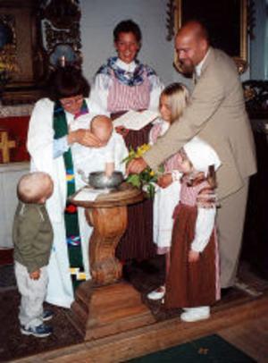 Ulrika By och Pelle Nyberg, Solna, döpte den 4 juni sin andre son Axel i Lögdö bruks kapell. Efter dopet passade paret på att gifta sig, till gästernas glädje och förvåning. Kusinerna Linnea och Agnes samt kompisen Ella var med och förgyllde ceremonierna som förrättades av kyrkoherde Barbro Johansson.Foto: privat