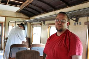 Robert Fagerlund  inne på en av rälsbussarna.
