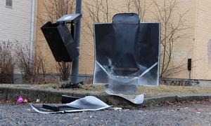 Ludvikapolisen rapporterar om att en postlåda, hundlatrin och papperskorg sprängts på Kyrkskolans skolgård under torsdagskvällen den 29 december 2016.