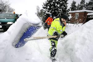 """Muskelmassa. Star Lak jobbade med att skotta undan snö på Pettersberg tillsammans med arbetskamraterna under torsdagen. . """"Det är skönt med frisk luft, sen är det bra träning. Det har blivit en hel del skyfflande,"""" säger Star Lak. FOTO: KENNETH HUDD"""