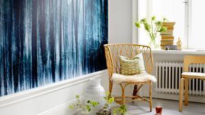 En skog i vintertid skapar dramatik i ett rum. Från Photowall, 347 kronor/kvadratmeter.