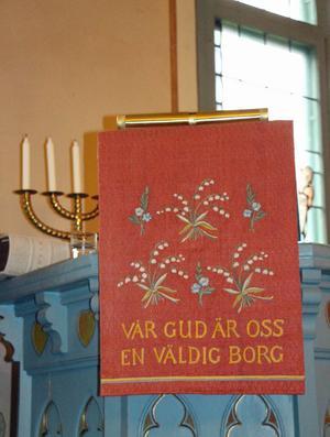 Predikstolsklädet är skänkt av borgmästarinnan Anna Berggren, vars son Hans Berggren var regementschef vid I 14 1946-1955.