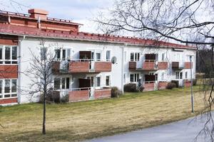 E -huset uppfört i början av 1990 -talet innehåller i dag två avdelningar för särskilt boende . En övre och en nedre.