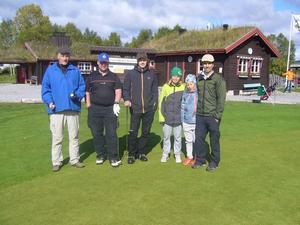 Fr.v. Kent Svensson, Sture Jonsson och Robin Hoversjö från hemmaklubben fick innan start besök av klubbens ordförande Jon Wagenius med blivande spelarna Niklas Kojan och Messner Wagenius.