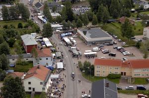 Marknad i Särna. En del av alla de stånd och det folkliv som präglar marknadsdagen i Särna.