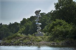 Den brittiske konstnären Tony Craggs stålkolonn är sex meter hög vilket inte märks när den är placerad ute i det fria.