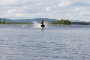 Rikard Stenberg tävlar i watercross  i Lillhärdal fredag den 21 juli.