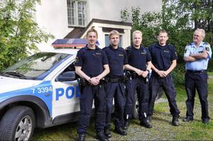 Närpolischef Staffan Sjödin, längst till höger, tittar nöjt ut över de nya förstärkningarna Jonny Jonsson, Magnus Norlén och Daniel Lundh. Lika nöjd är Björn Svanberg som gläder sig åt att få flera kollegor.