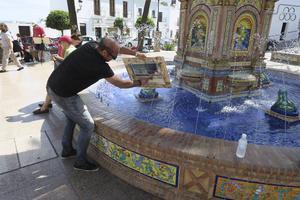 Konstnären och kursledaren Alvaro Castagnet får en snilleblixt och går till fontänen för att skölja bort överflödig färg från en kursdeltagares akvarell.   Foto: Privat