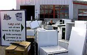 Arkivfoto: LASSE HALVARSSON En av 13 centraler. Ganska generösa öppettider och helt gratis. Återvinningscentralerna gör vad de kan för att locka folk att komma med sina sopor - men alltför få använder sig av dem.