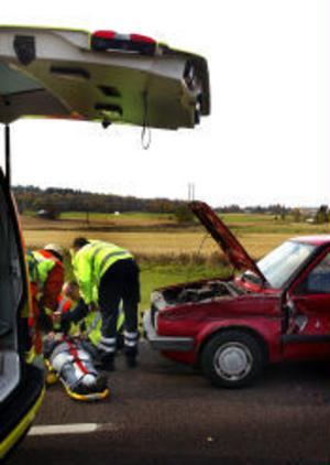 Två personer fick föras till sjukhus efter en trafikolycka i Ljustadalen på tisdagen. En bil som hade stannat på Ljustavägen för att svänga vänster in på Torsdagsvägen blev påkörd bakifrån.Den kvinnliga bilföraren klagade på nacksmärtor.