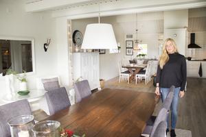Den rymliga matsalen är integrerad med husets kök. De båda kryssborden kan ställas ihop när det ska dukas för långbord hemma hos Maria och Johan.