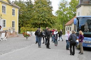 Tur i Tiveden. Turismaktörerna stiger av bussen för lunch på Olshammarsgården.