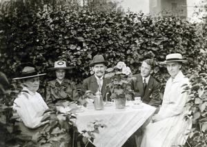 Ejnar (näst längst till höger) på besök hos fosterföräldrarna i Ljusdal.