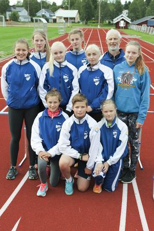 Friidrottande ungdomar i Vemhåns IK som deltog i sedvanlig torsdagsträning på Söderåsens Idrottplats i Hede den 14 juli 2016. Stående från vänster Mariell Bodin, Vemhån, 18 år (100 m, 200 m, höjdhopp och kulstötning), Ebba Modin, Hedeviken, 17 år (längdhopp och kulstötning), Hilda Hammargård, Vemhån, 13 år (60 m, 200 m, längd- och trestegshopp), Ellen Modin, Hedeviken,14 år (höjdhopp och kulstötning), Elvira Revelj, Hedeviken, 13 år (60 m häck,200 m häck, 200 m löpning, längd- och trestegshopp), Kenneth Westfält, Vemhån(tränare), Kerstin Persson, Hedeviken, 14 år (60 m häck, 60 m löpning ochlängdhopp). Knästående Olivia Bodin, Vemhån, 13 år (60 m löpning, 60 m häck,längd- och höjdhopp samt trestegshopp), Markus Westlund, Vemhån, 14 år(kulstötning och längdhopp), Jonna Persson, Vemhån, 12 år (60 m, längdhopp ochkulstötning).
