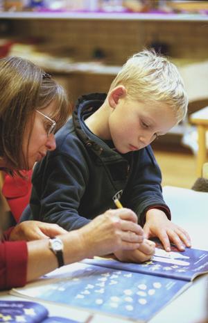 Viktigast. En bra lärare är långt viktigare än en fin lärobok eller en snabb dator, skriver Roger Haddad. (Personerna på bilden har inget samband med artikeln).