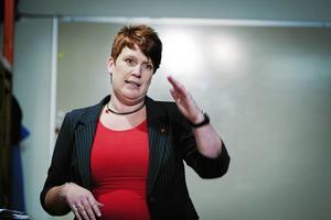 Tidigare kommunalrådet från Ludvika, Maria Strömkvist (S), hänger kvar i kommunpolitiken och ställer bara artiga frågor till statsråden även när statsråden inte bemödar sig att svara.