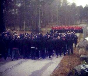 Supporterfirmorna Wisemen från Göteborg och Firman boys från Stockholm drabbade samman i Laxå. Omkring 300 personer deltog i gängslagsmålet som var planerat och pågick under några få minuter.