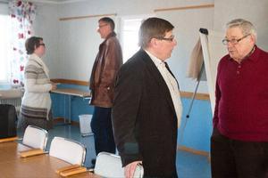 Förra kommunalrådet Bertil Andersson, till höger, berättade för Sören Bertilsson om hur