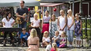 Barnkören Glädjegung fick inleda Musikstafetten på scenen vid Kanalbron.