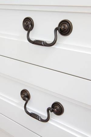 Att sätta nya knoppar och handtag på dörrar och skåp är ett enkelt sätt att fräscha upp.
