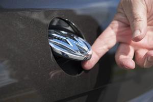 Bildtext 11: VW-emblemet fungerar som lucköppnare bak. Och väljer du backkamera i utrustningslistan döljer emblemet också den lilla kameralinsen.    Foto: Fredrik Sandberg/TT