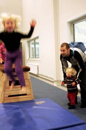 Alice Kindmalm, 3,5 år och från Odensala, hoppade med liv och lust från en plint. Alldeles efter lyfte pappa Petter Kindmalm upp 1,5-åriga lillasystern Ellen Kindmalm på plinten. Även mamma Erika Kindmalm var med.