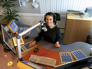 Här trivs Wenda Hajo, men ännu roligare är när sändningen flyttas ut ur studion till olika torg i länet.
