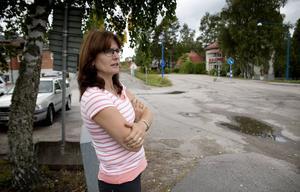 Läraren Lena Björklund vill ha tillbaka övergångsstället vid Näsvikens skola.