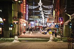 Avspärrningar vid Drottninggatan efter att två explosioner inträffat i centrala Stockholm. foto: scanpix