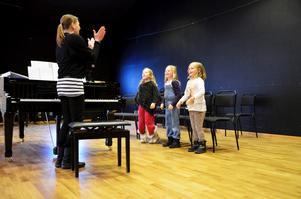 Den som trodde att körsång var en lugn aktivitet fick snabbt känna på verkligheten när Sofia Nordlund ledde de tre deltagarna Malva Haikara, Ariel Bergdahl och Ella Fjellstedt in i ett avancerat rörelseschema till musiken.