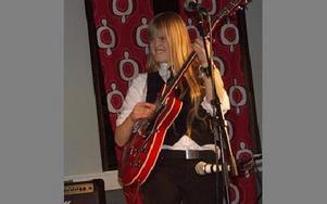 Linnéa Nygren.i O´Fives tog fram elgitarren och spelade rockigare låtar mot slutet.FOTO: ANNA ENBOM