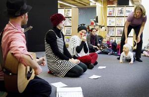 """MUSIK. Dramaeleven Sebastian Gunnesson spelar gitarr och munspel med barnen. """"Man får en direkt respons, tycker de att det är dåligt börjar de prata och leka men tycker de att det är bra sitter de tysta eller är delaktiga."""""""