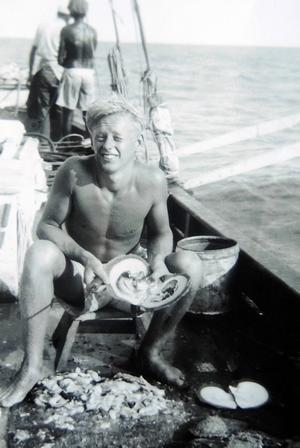 Kent arbetade med att öppna pärlmusslor och leta efter pärlor i musselköttet. Till en början gjorde Kent misstaget att stoppa de pärlor han fann i munnen för att suga dem rena från kött. Något som den övriga besättningen reagerade kraftigt mot.