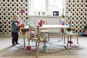 Bordet och stolarna är Marias examensprojekt från Konstfack men är inte i produktion – än så länge. Möblerna är gängade så att alla delar går att röra på. Samtidigt kan barnet träna motorik och logiskt tänkande genom att flytta och skruva på klot och klossar.