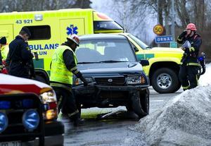Olycka, utfarten från Ornäs mot riksvägen. En av bilarna på väg från Ornäs körde in i sidan på en bil som var på väg mot Borlänge. Inga allvarligare personskador men fordonen fick plåtskador. Foto: Mikael Hellsten.