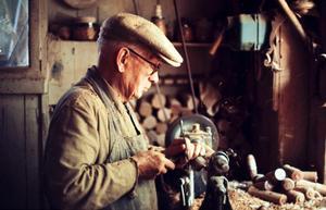GAMLE MÄSTER. Gustav Ögren, som arbetade vid svarven tills han var 89 år, började som lärling hos svarvare Persson i Gävle redan 1893.