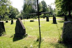 Sedan i fjol tar kyrkogårdsförvaltningen i Norberg extra betalt för gräsklippning på gravar. Arkivfoto: Peter Hammarbäck