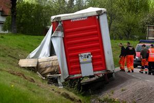 Vid lunchtid i går åkte en långtradare i diket på Ulf Östlings väg i Islingby. Långtradaren hade varit på SSAB och hämtat tre tiotonsrullar med plåt. Ingen kom till skada under olyckan, men bärgningsarbetet orsakade på eftermiddagen långa köer. Vad som orsakade olyckan är inte klart men det var en olyckshändelse då ingen är misstänkt för brott i samband med olyckan.