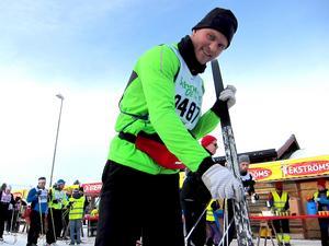 Hannes Törngren drar på lite extra valla.  Det är lite ovanligt att stå på vanliga skidor. I Skåne har han mest övat på rullskidor.