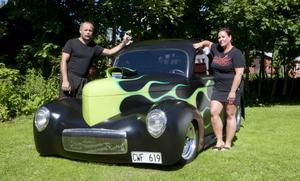 Anette och Lasse Surakka hoppas kunna inspirera andra till att våga bygga en bil från grunden.