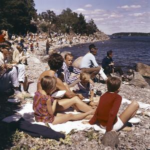 """Folkkär. Strandvägen bildar en naturlig läktare vid båttävlingar. Det har den gjort sedan 1912, då den byggdes för OS-seglingarna. Men redan innan fanns """"plankvandringar"""" längs kustvägen."""