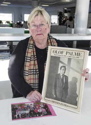 Läraren Agneta Nyberg med den nu 30 år gamla skoltidningen med elevernas känslor och tankar kring mordet på Olof Palme.