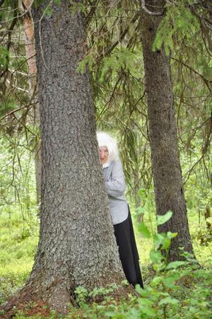 Två trollkäringar syntes stryka omkring i skogen när konstrundan i Badhusparken öppnades i Övsjö.