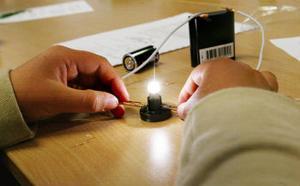 Experiment med el som får lampor att lysa.