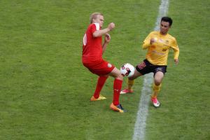 Skiljebos Hampus Tjärnhäll i en duell med BK Forwards Mohammed Jawad Nasir.