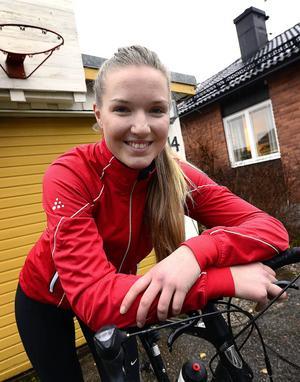 Två nätter av tre räknar Fredrika Ek med att bo i tält. Hon har en reskassa på ungefär 1 000 kronor i veckan.