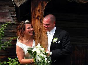 Angela Öberg och Erik Hårshagen, Husum, har den 9 juli vigts i Färila kyrka. Vigseln förrättades av Stig Wengelin. Paret tar namnet Hårshagen.Foto: Ann Gunnarsson
