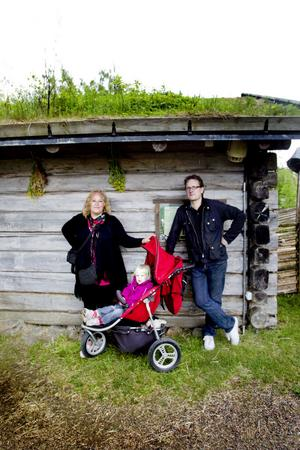 TRIVDES. Yvonne Fredriksson och Jari Ylikaupilla, Norberg med dottern Tuva-Li trivdes på fäbodvallen.